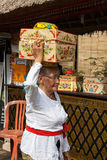 Donna senior con il canestro sulla testa fotografia stock