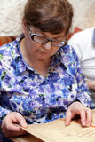 Donna senior con il menu Fotografie Stock