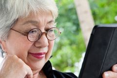 Donna senior con la compressa Immagini Stock Libere da Diritti