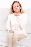 Donna senior con la gola irritata fotografia stock libera da diritti
