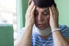 Donna senior con la lesione del collo fotografie stock