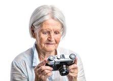 Donna senior con la retro macchina fotografica Fotografia Stock Libera da Diritti