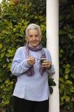 Donna senior con yogurt Fotografie Stock Libere da Diritti