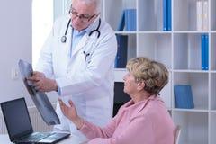 Donna senior durante la visita medica fotografie stock