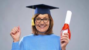 Donna senior felice del dottorando con il diploma stock footage
