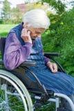 Donna senior handicappata fotografia stock libera da diritti