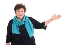Donna senior isolata felice che presenta sopra il bianco fotografie stock