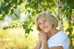 Donna senior nel parco di estate Fotografia Stock Libera da Diritti