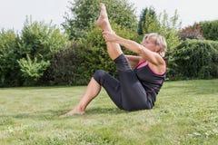 Donna senior nella singola posa diritta di allungamento della gamba Fotografie Stock Libere da Diritti