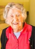 Donna senior, novanta anni più, sorridenti, abbigliamento casual, medium Immagine Stock Libera da Diritti