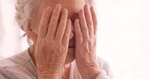 Donna senior triste che parla sul telefono cellulare stock footage