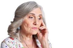 Donna senior triste isolata su fondo bianco Fotografie Stock Libere da Diritti