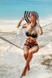 Donna sensuale in cappello che gode della libertà sulla spiaggia Immagini Stock