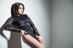 Donna sensuale che porta biancheria nera sexy Fotografia Stock