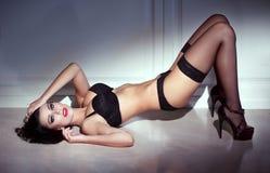 Donna sensuale che posa alla notte Immagini Stock Libere da Diritti