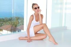 Donna sensuale che si siede al balcone con una vista Fotografie Stock
