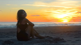 Donna sensuale che sorride piacevolmente guardando il bello tramonto sulla spiaggia video d archivio