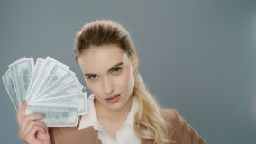Donna sensuale che tiene il fan dei soldi Giovane donna di affari che mostra il fan dei contanti dei soldi video d archivio