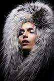 Donna sensuale in collare di modo della pelliccia Fotografie Stock