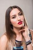 Donna sensuale con la mano sul collo Fotografie Stock