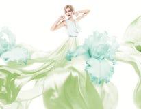 Donna sensuale con pilotare vestito verde chiaro Fotografie Stock Libere da Diritti