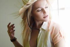 Donna sensuale del paese in ritratto del cappello Fotografia Stock