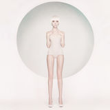 Donna sensuale elegante su fondo geometrico Fotografia Stock Libera da Diritti