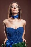 Donna sensuale nel concetto del vestito da natale su fondo marrone Immagini Stock