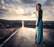 Donna sensuale in un vestito lungo Fotografie Stock
