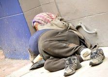 Donna senza casa sul marciapiede Fotografie Stock Libere da Diritti
