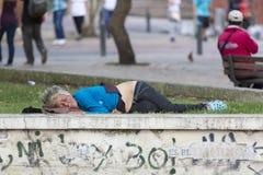 Donna senza tetto che dorme in un parco a Bogota, Colombia fotografia stock