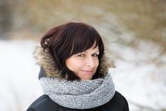Donna senza trucco nell'orario invernale Immagini Stock