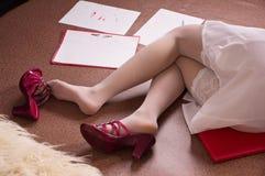 Donna senza vita di affari che si trova sul pavimento Fotografie Stock Libere da Diritti
