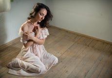 Donna serena in casa abbandonata Fotografia Stock Libera da Diritti