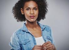 Donna serena con la camicia blu del tralicco e la cima bianca Immagini Stock Libere da Diritti