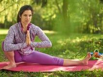 Donna serena e pacifica che pratica consapevolezza conscia di consapevolezza meditando in natura al tramonto Fotografie Stock