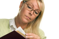 Donna seria che legge un libro Immagine Stock Libera da Diritti