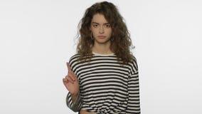 Donna seria che non mostra studio del segno dentro Ritratto del gesto di arresto di rappresentazione della ragazza archivi video