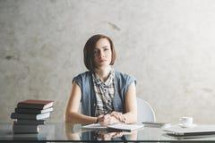 Donna seria di affari che fa lavoro di ufficio Fotografie Stock Libere da Diritti