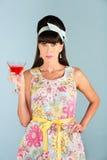 Donna seria in vestito che tiene bevanda alcolica fotografia stock libera da diritti