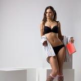 Donna sexy alta del brunette in biancheria nera Fotografia Stock Libera da Diritti