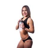 Donna sexy attraente dopo l'allenamento con l'agitatore isolato sopra fondo bianco La ragazza in buona salute beve il proteina de Immagine Stock Libera da Diritti