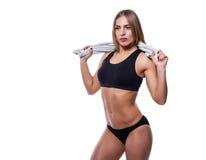 Donna sexy attraente dopo l'allenamento con l'asciugamano isolato sopra fondo bianco Giovane femmina con l'ente muscolare Fotografia Stock Libera da Diritti