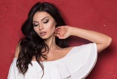 Donna sexy attraente su fondo rosso Immagini Stock Libere da Diritti