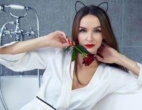Donna sexy in bagno nel San Valentino rosa dell'abito di seta Fotografie Stock Libere da Diritti