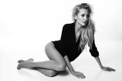 Donna sexy bella con capelli biondi in rivestimento nero elegante Fotografie Stock Libere da Diritti