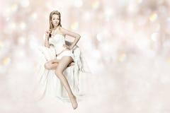 Donna sexy in biancheria che si siede sopra il backgro del bokeh Fotografia Stock