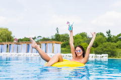 Donna sexy in bikini che gode del sole di estate e che si abbronza durante le feste in stagno con il cocktail Vista superiore Don fotografie stock libere da diritti