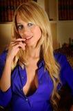 Donna sexy bionda di bellezza con la camicia blu Immagini Stock Libere da Diritti