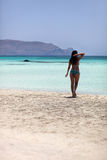 Donna sexy che cammina sulla spiaggia Fotografia Stock Libera da Diritti